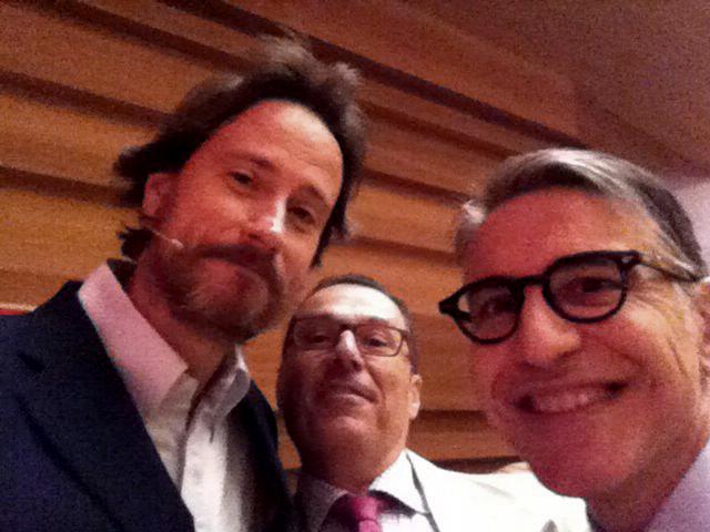 """Víctor Küppers, a la izquierda, se hace un """"selfie"""" junto a los doctores Enrile y Buitrago"""