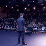 Francisco Enrile ofrece una ponencia sobre periimplantitis
